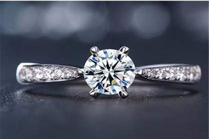 8分钻戒为0.016克,由于切割工艺和镶嵌方式不同,很多8分钻戒看起来大小也不一样。以8分标准圆形钻石为例,它的直径是2.8mm。