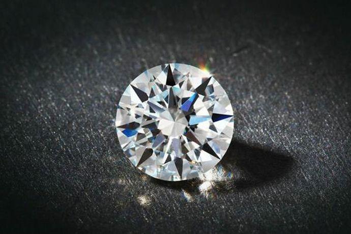 9克拉钻戒的钻石重量为1.8克,由于切割工艺和镶嵌方式不同,即使同是9克拉钻戒,看起来大小也不一样。以标准圆形钻石为例的话,9克拉钻石的直径为13.5mm,看起来比大拇指指甲大一点。