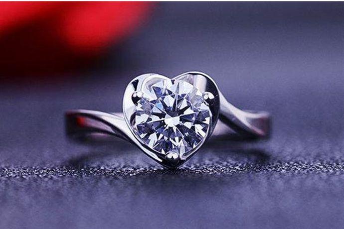 75分钻戒是0.75克拉,钻石重量为0.15克。由于切割工艺和镶嵌方式不同,很多75分钻戒看起来大小也不一样。以75分圆形钻石为例,75分钻石的直径是5.9mm。