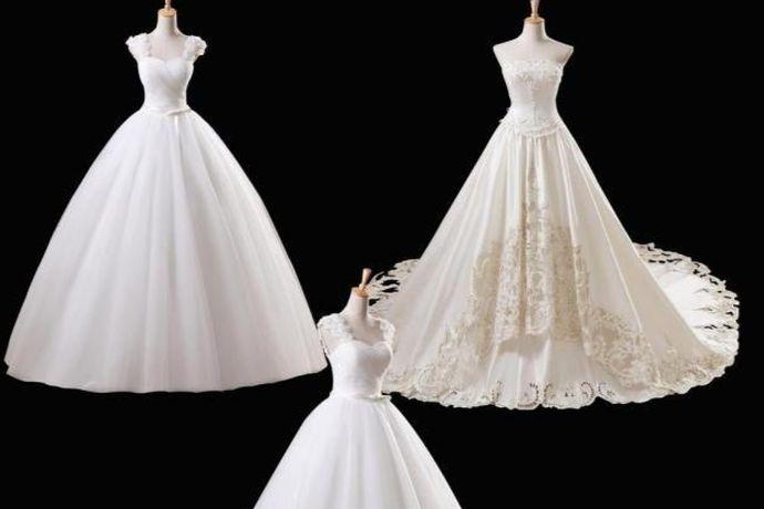 订婚女方可以穿小礼服、旗袍、晚礼服、小洋装等等。女生在选择衣服的时候还要考虑自己的身材和肤色,选择最适合自己的衣服。颜色上挑选自己喜欢的即可。