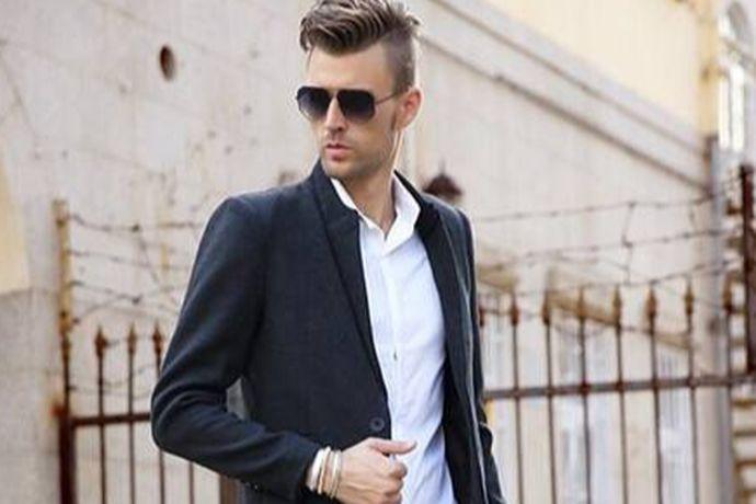 男士订婚可以穿西装,里面可以搭配白衬衫以及领带或者是领结。还可以穿燕尾服。还可以穿休闲套装,因为订婚不是正式的婚庆典礼,穿休闲装也是不错的选择。