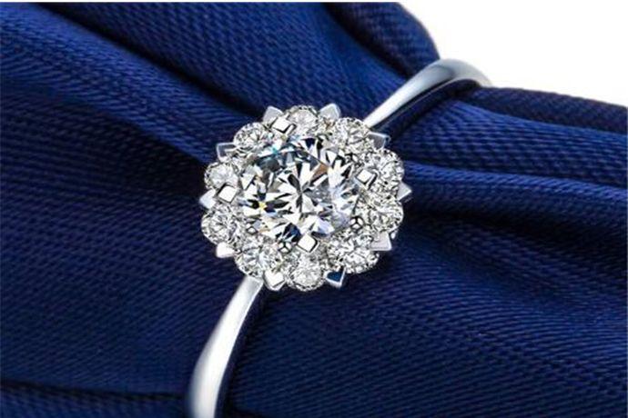 八克拉钻戒的钻石重量为1.6克,由于切割工艺和镶嵌方式不同,即使同是八克拉钻戒,看起来大小也不一样。以标准圆形钻石为例的话,八克拉钻石的直径为12.98mm,看起来比大拇指指甲大一点。