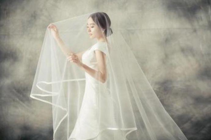 十月份拍婚纱照是最好的,十二月至三月比较冷。六至九月雨水比较多,天气也是最炎热的。十月份是刚好国庆时间,优惠多很多,又不冷,也不会很热,是拍婚纱的好时期。四、五月份也是拍婚纱照的好时机,因为不是很热,气温刚刚好,最好去海南那边,不是很贵,而且风景和气温都挺适合的,天气好,景色好,花又多!