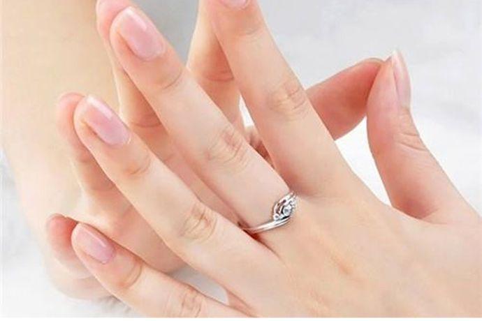 不是。订婚戒指是订婚仪式上男女双方互相交换的信物,代表二人婚约的初步建立,戴在双方的中指上。而结婚戒指是婚礼上男女交换的信物,象征男女间婚姻关系的建立,通常戴在男女双方的无名指上。