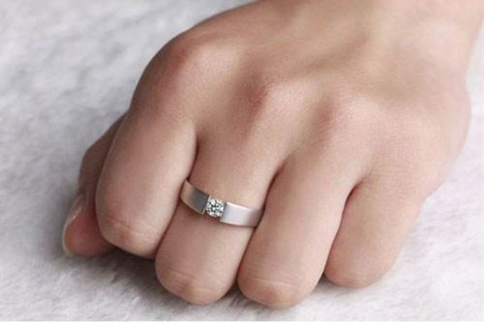 订婚戒指是订婚仪式上男女双方互相交换的信物,代表二人婚约的初步建立。订婚戒指不像结婚戒指那样是必需品,新人可以根据当地习俗以及自己的经济能力和想法选择购买不购买订婚戒指。