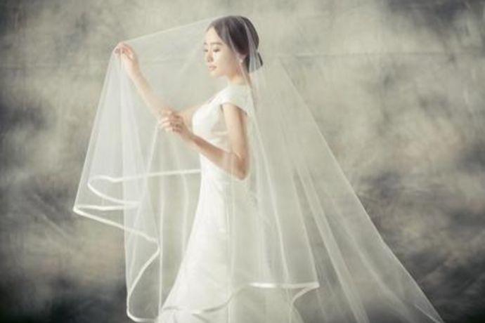 常见的以中式、韩式、法式为主,分别对应复古、小清新、浪漫为主题的风格。5套婚纱照的一般搭配:拖尾婚纱、齐地白纱、彩色婚纱、情侣装、中式礼服。