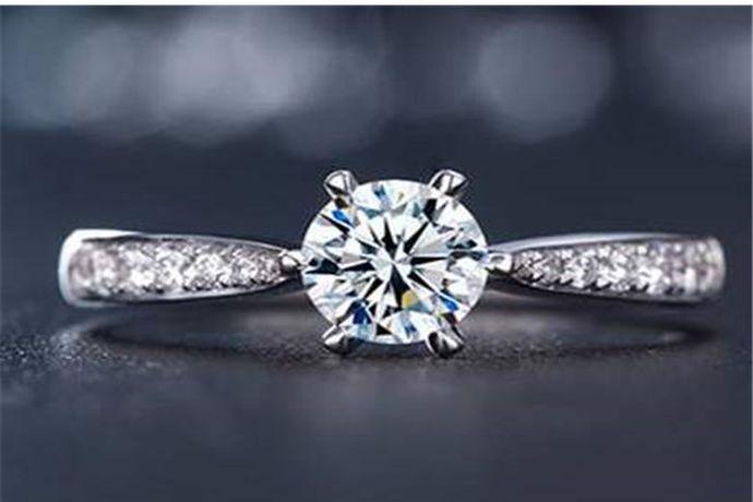四十分钻戒指钻戒上镶嵌的钻石为四十分,重0.08克。由于切割工艺和镶嵌方式不同,很多四十分钻戒看起来大小也不一样。以四十分标准圆形钻石为例,它的直径是4.8mm,高度为3.0mm。