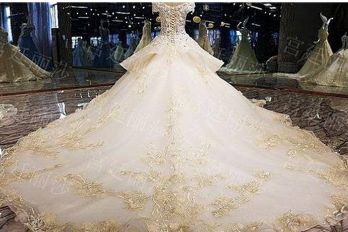 微胖的人要根据自身的特点来挑选婚纱,一般来说高腰、V领、简单线条的婚纱比较适合微胖的人。如对于手臂较粗的新娘,适合硬挺面料的长袖婚纱;对于上瘦下胖的新娘,适合蓬蓬裙款式的婚纱;对于胸部丰满的新娘,适合V领款式的婚纱。