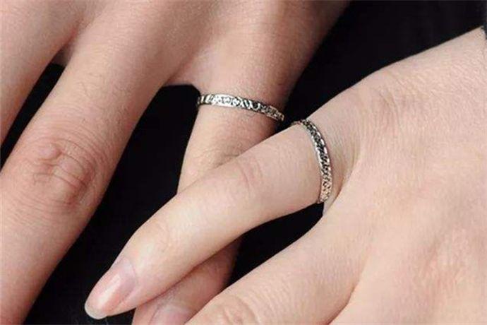 尾指戴戒指最初寓意独立,单身,孤独,后传入国内后,意义有了一些变化,即左手尾指戴戒指表示本人不婚族,右手尾指戴戒指表示目前不想恋爱,是独身主义者。当然也有部分人在尾指上戴戒指仅仅是作为一种时尚饰品,并没有任何意义。