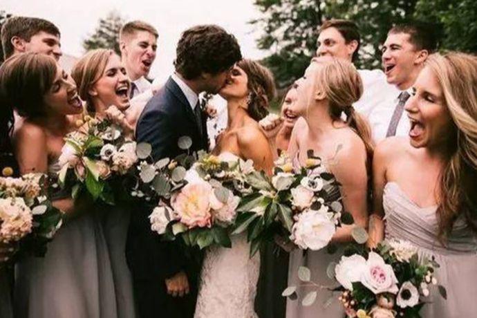 结婚新娘要准备好陪嫁物品,例如首饰、子孙桶、火冲、长命灯、喜盆、喜碗、糖罐子、以及其他陪嫁生活用品,还要准备好服饰。新郎要准备好婚庆事宜,也可以与新娘共同商量决定,婚礼请柬、司仪、婚车、婚宴、伴郎伴娘等等都要提前找好。