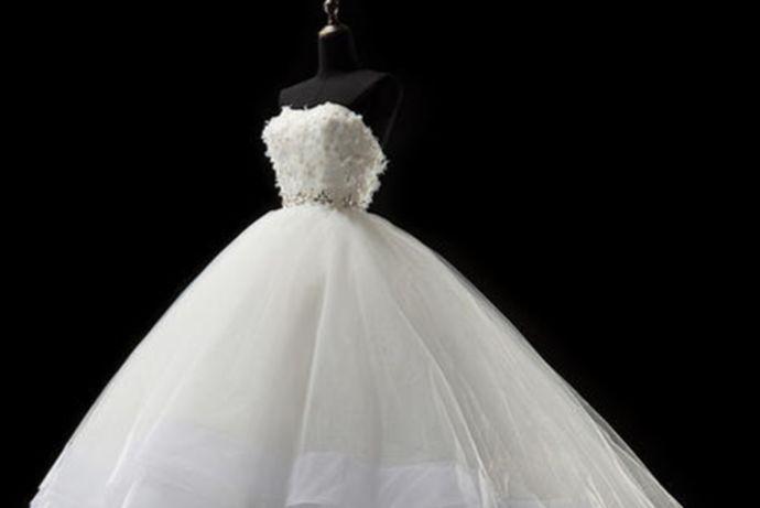 怀孕可以穿婚纱,但是要选择舒适宽松的婚纱,高腰剪裁婚纱可以作为首选。如果要拍摄婚纱照的话,建议不要更换过多的婚纱服装,因为如果更换的服装过多的话,是容易导致孕妈妈体力不支的。