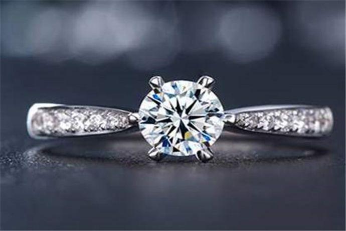 1、根据经济能力,设置购买钻戒的合理预算。2、在预算内,根据4C标准选择品质较高的钻石。3、根据个人喜好、风格和手型选择合适的钻戒款式。4、注意辨别铂金和18K金戒托。5、切记向商家索要钻石检验证书,如GIA、NGTC等。