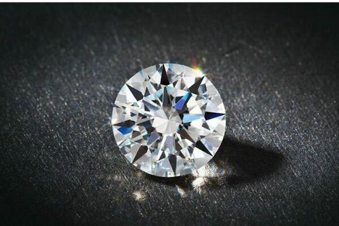 5克拉。克拉是钻石的重量单位,根据现定标准一克拉等于0.2克或者200毫克,因此1克就是5克拉。以5克拉标准圆形钻石为例,它的直径是11.1mm,看起来相当于苹果手机的Home键大小。