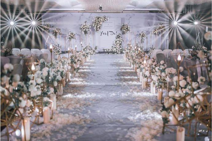 一站式婚礼就是可以提供婚礼中所有要用到的服务和项目,主要包括婚纱摄影、婚宴酒店、婚礼策划、场地布置、四大金刚、婚纱礼服、婚庆用品、婚车租赁等等服务。