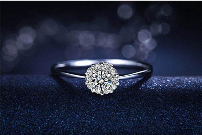1、去官网查询钻石证书,可以查到记录则钻戒为真。2、在钻戒的钻石上滴一滴水,如果水滴成水滴状且不散去,即为真钻。3、对着钻戒上的钻石哈口气,如果钻石表面雾气很快散去,即为真钻戒。4、用油性笔在钻戒的钻石上画一下,如果笔记连贯则为真钻。