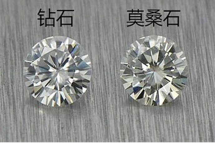 1、将钻石和莫桑石放在比重液中,下沉的比较低的就是钻石。2、用钻石硬度计在钻石和莫桑石表面划痕,无划痕的是钻石。3、透过钻石和莫桑石去观察纸上的白线,如果是钻石的话,是看不到这条线的或者很模糊的。