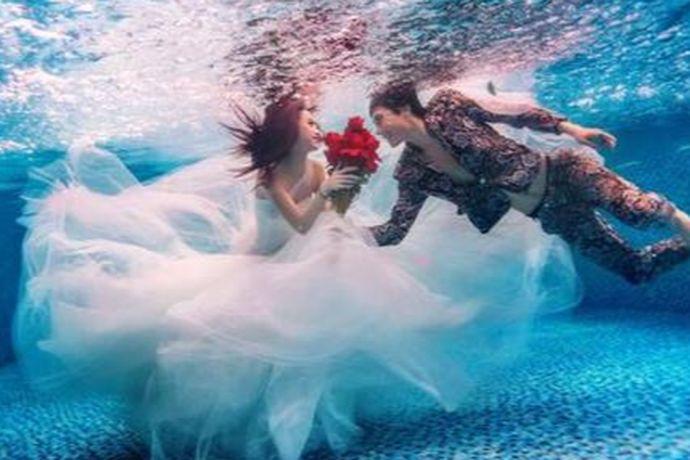 新人双方都要识水性,并且要在水中摆出一种不拘谨的姿态,肢体也要尽量舒展开来。当然如果双方或者是一方不熟水性的话,就要提早练习。可以将面部浸在水中,练习憋气、睁眼、微笑等。