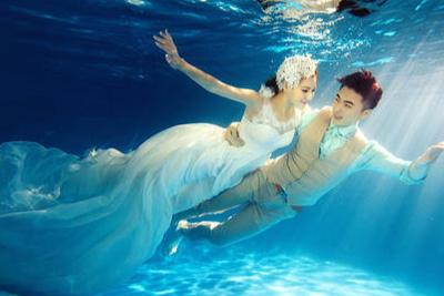 水里婚纱照怎么拍的