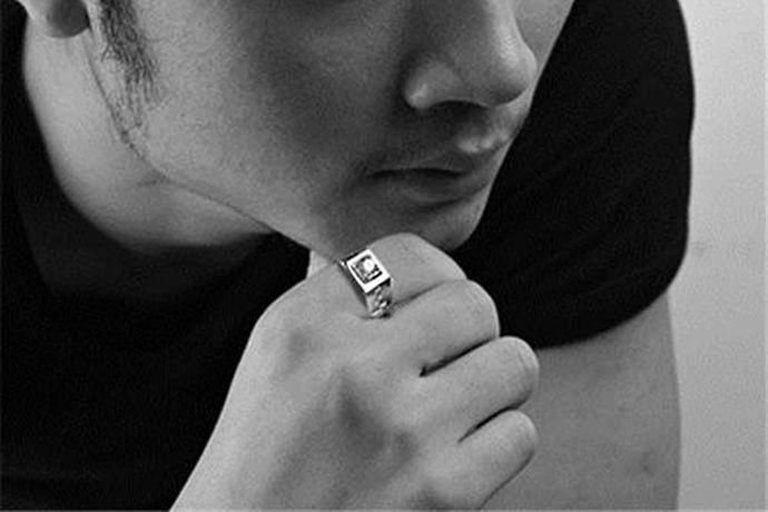 不同的戒指尺寸表标准中,男士所带的戒指尺寸也不一样。如港码的号数范围从7-24号,男生戒指一般是16号到24号;而美码的号数范围从5-12号,男士戒指一般是8号到12号。