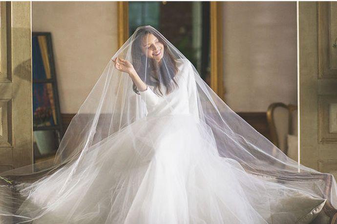 新娘主要根据婚礼主题、场地和身材来挑选婚纱。如教堂婚礼适合拖尾婚纱,室外婚礼适合齐地、鱼尾等简约婚纱。新娘是梨形身材,则适合A版婚纱,新娘是苹果型身材,则适合高腰婚纱等等。