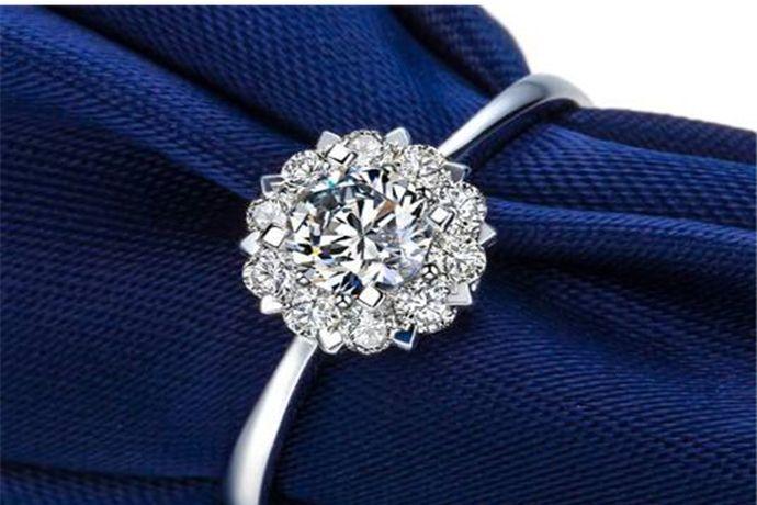 一克拉钻石戒指上的钻石重为0.2克,由于切割工艺和镶嵌方式不同,很多1克拉钻石看起来大小也不一样。以1克拉标准圆形钻石为例,它的直径是6.5mm,相当于一根普通中华铅笔的横截面大小。