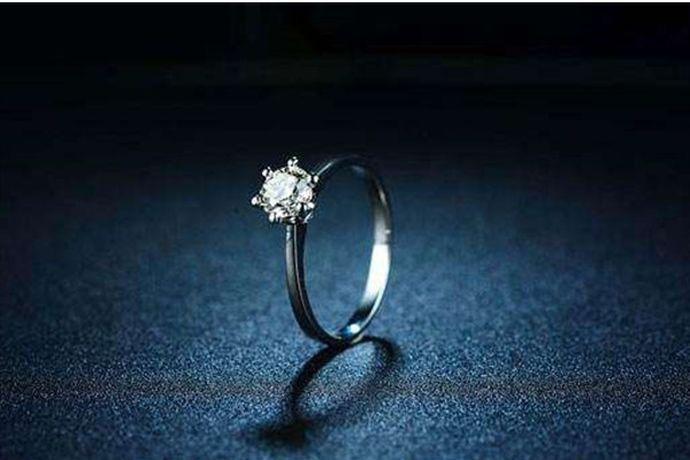 婚戒买什么材质主要根据新人的预算和喜好购买,目前市场上比较流行的婚戒有黄金戒指、铂金戒指、K金戒指和钻石戒指等。