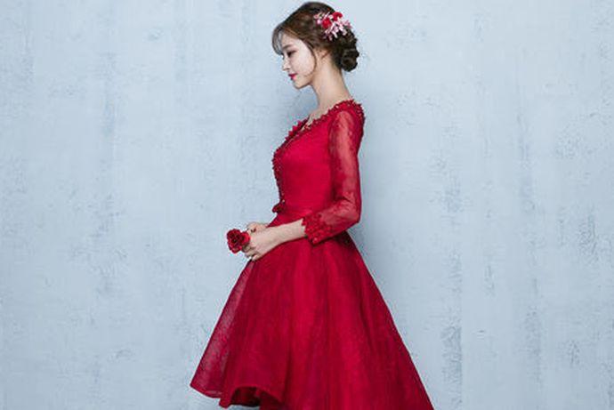 新娘敬酒服可以穿抹胸礼服、旗袍、秀禾服、露背礼服裙、小礼服裙等等。挑选礼服的时候要注意舒适度,挑选符合自己气质的礼服,颜色上一般以红色为主。