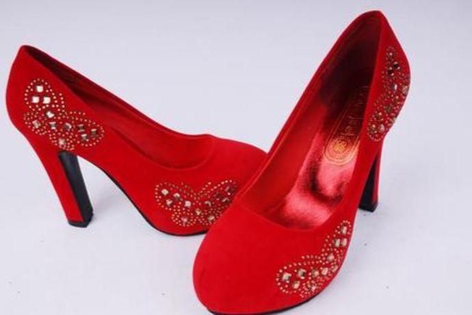 一双精致的婚鞋对于一个新娘来说很重要,一般红色是最常见的,当然也可以穿其他颜色。例如:白色婚鞋、银色婚鞋、金色婚鞋、薄荷绿婚鞋、粉红色婚鞋等等也都是可以的。