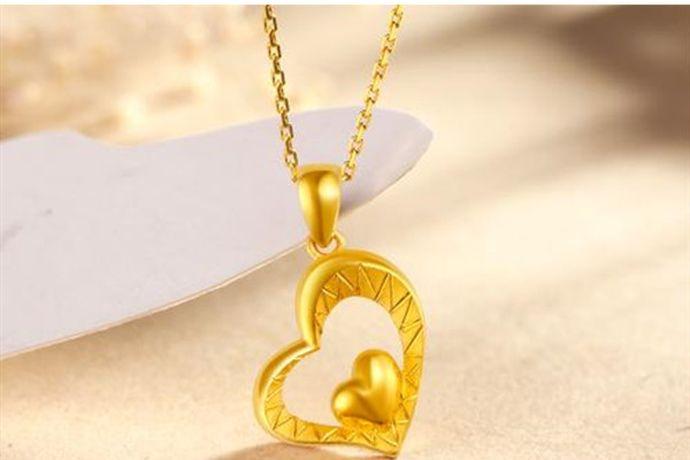 想要辨别金项链的真假,可以通过观察金项链的色泽、将金项链抛掷在地上是否有沉闷声、掂掂黄金项链是否坠手或者用手折一下项链看一下是否有折痕等方法来判断。