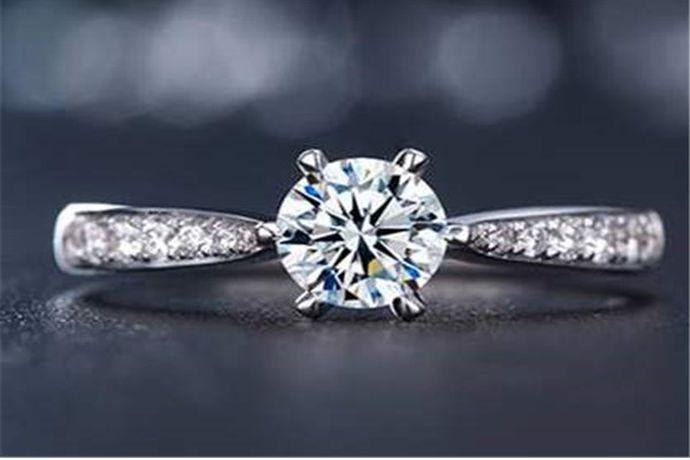六十分钻戒上镶嵌的钻石是0.6克拉,钻石重量为0.12克。由于切割工艺和镶嵌方式不同,很多六十分钻戒看起来大小也不一样。以六十分圆形钻石为例,六十分钻石的直径是5.47mm。