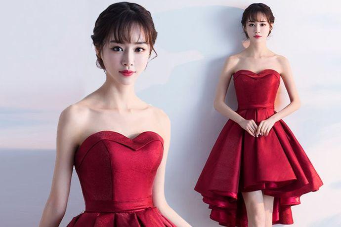 根据颜色来选择,一般来说,穿红色比较喜庆又有气质,显得皮肤白皙。肤色稍黑或者是偏黄都可以考虑。另外粉色、香槟金、淡紫色、橘色、淡蓝色等也比较受欢迎。根据婚礼的风格来选择,要与婚礼的风格相搭配。根据款式来选择,旗袍、秀禾服、西式小礼服都可以。