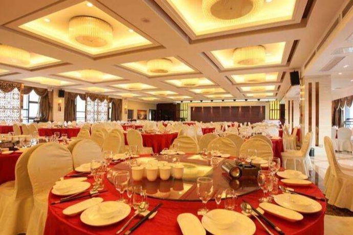 根据宴请人数以及预算,确定婚宴规模和酒店的档次。筛选合适酒店,必要时到店考察。了解宴厅形状、婚宴菜单、酒水以及其他收费问题。签订合同,预付定金。