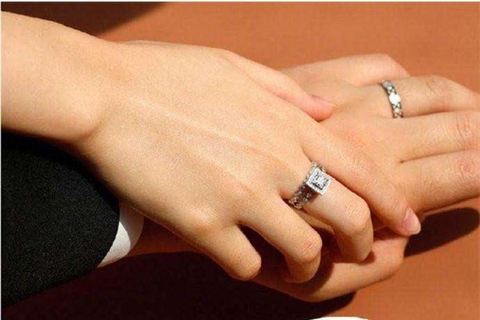 """按照国际流行婚戒戴法,据说在无名指上有一根血管直通心脏,被称为""""爱情之脉"""",无论男士或女士结婚时都将戒指戴在无名指上,寓意二人心心相印,心有灵犀。"""