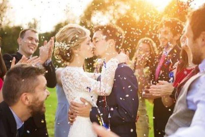 现在的婚礼,西装是最常见的选择,但是除了西装,新郎在衣服上的选择还是很多的,不一定非要穿西装的。还可以穿马甲、衬衫、长袍马褂、中山装、汉服等等,穿什么主要是根据婚礼风格以及新娘的服饰来决定。