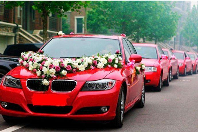 """结婚要多少辆婚车没有具体的要求,主要由当地风俗和新人预算决定。普通家庭多数会选择六辆或者八辆车,有""""顺利""""、""""发财""""的寓意。经济预算充足的家庭通常会选择九辆、十辆或者十二辆车,分别有长长久久,十全十美,成双成对的美好寓意。"""
