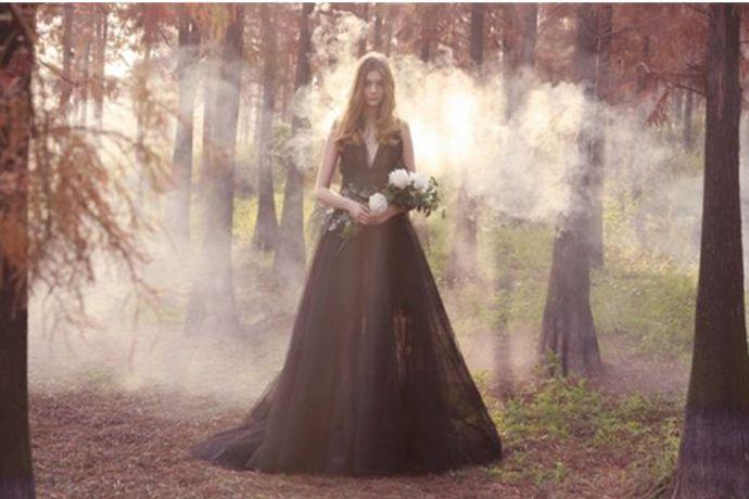 结婚可以穿黑色婚纱,但是这种情况在国内并不多。因为在国内,黑色是不吉利的颜色。即使有新娘穿上,也会面临父母的不理解和亲友的议论。国内目前的婚礼还是以中式的红色秀禾以及西式白纱为主。