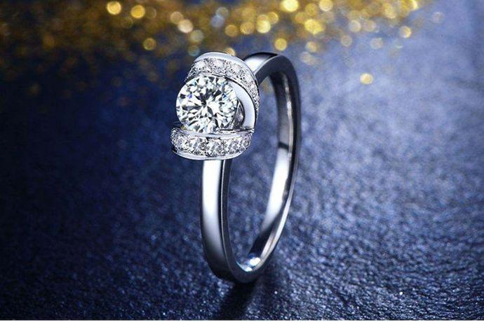 新人挑选结婚钻戒首先需要看钻石的品质,通常来说H + VS2+3EX这个组合的钻戒作为婚戒,性价比较高。对于款式而言,建议新人选择相对低调简约,不太大的钻戒,方便婚后生活佩戴与工作。钻戒戒托新人可以根据喜好选择铂金或者K金的。但值得注意的是,无论选择什么钻戒,一定要注意选择正规婚戒品牌。