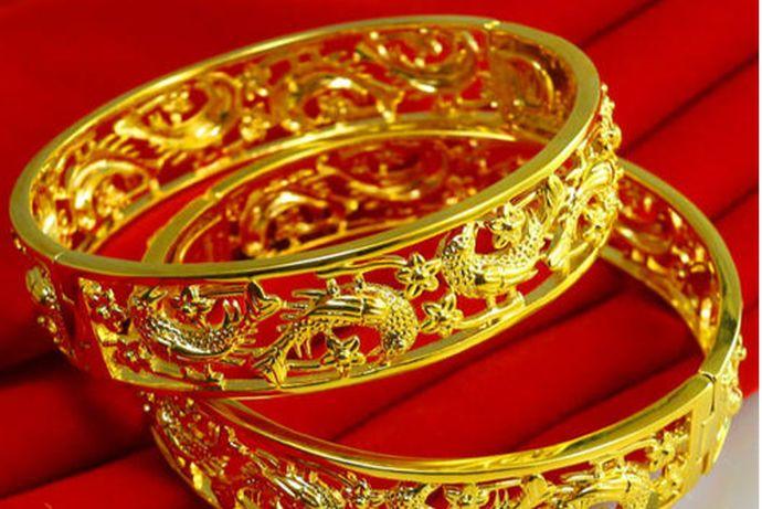 结婚买什么首饰根据新人的预算和喜好决定。多数新人会选择黄金首饰、铂金首饰、钻石首饰等搭配购买,首饰种类主要以戒指、项链、耳环、手镯等为主。