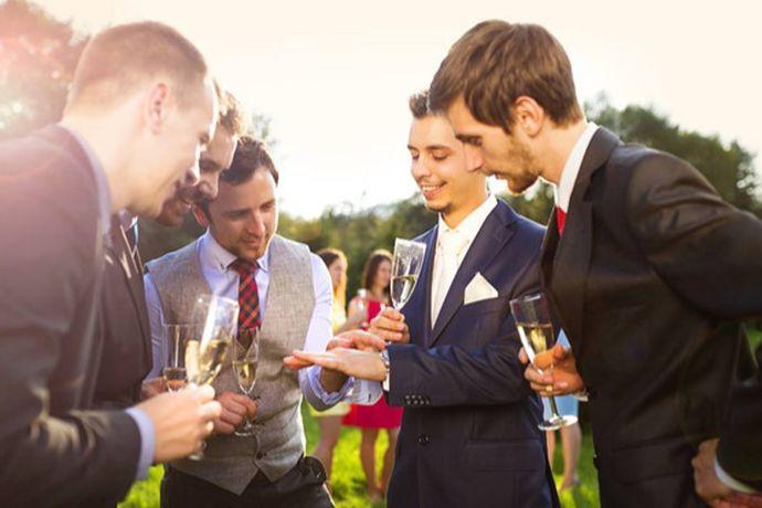 结婚买西装,建议到各品牌线下门店、商场专柜或者中国婚博会展会现场量身定做。一般定做需要20-30日左右,建议婚前2个月左右的时候购买。因为是结婚穿,不建议到网上购买标准尺寸的成衣,以免不合身形尺寸。