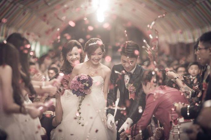 结婚男人要准备好婚庆事宜,也可以与新娘共同商量决定,婚礼请柬、司仪、婚车、婚宴、伴郎伴娘等等都要提前找好。女人则要准备好陪嫁物品,例如首饰、子孙桶、火冲、长命灯、喜盆、喜碗、糖罐子、以及其他陪嫁生活用品,还要准备好服饰。