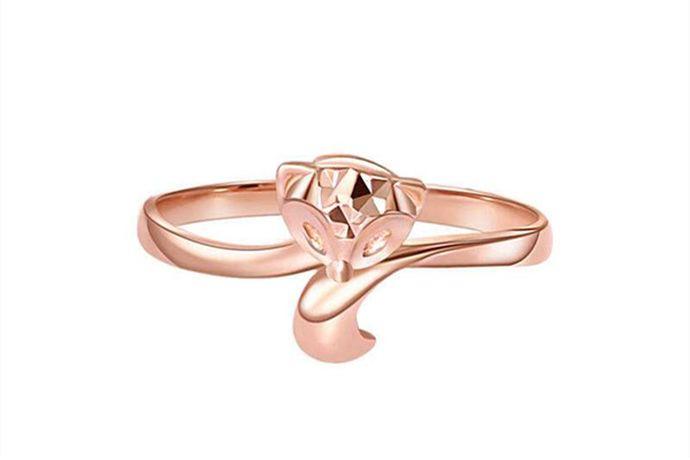 在不同的戒指尺寸对照表中,戒指12号的尺寸也不一样。在港码戒指尺寸标准中,12号戒指对应的直径是1.7cm,周长是5.35cm,为女性的戒指圈号。在美号戒指尺寸中,12号戒指尺寸对应的直径是2.14cm,周长是6.72cm。
