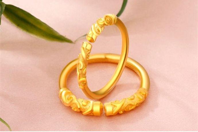 消费者在购买黄金戒指时,首先要结合自身的预算、年龄、性别、喜好等来决定购买戒指的克重。然后根据年龄、喜好和手型等选择合适的金戒指款式。值得注意的是,在购买金戒指的时候,一定要选择正规靠谱的金店,质量和售后有保障。