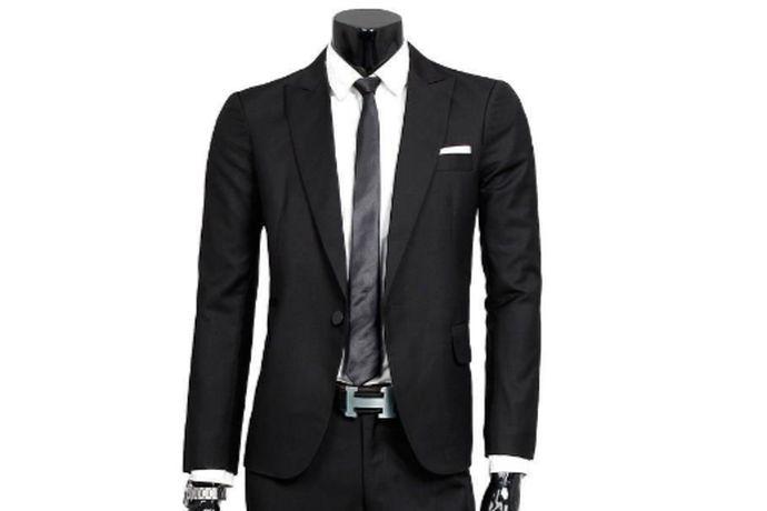 结婚男士可以穿韩版西服,或者是欧版西服。韩版西装时尚、随意、简约,且修身,往往以一颗扣为主,适合年纪较轻的新郎。欧版西装是传统燕尾服的改良版,去掉了后面长长的燕尾,剪裁成款短,很修身,适合稍成熟稳重的新郎。西服颜色可根据新娘的婚纱和自己的喜好来选择,主要有黑色、白色、灰色等等。