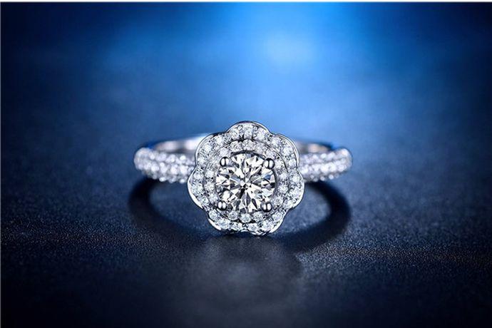 消费者购买钻戒首先需要根据预算和需求,选择购买钻戒的克重和品牌。根据钻石颜色、净度、切工、重量选择性价比较高的钻戒。然后根据手型和喜好选择合适的戒指款式。值得注意的是,尽量选择知名度高的钻戒品牌。