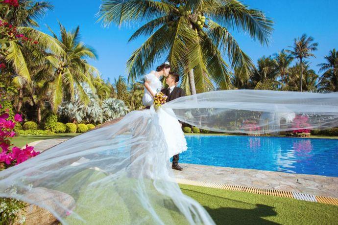结婚照的风格有英伦风、校园风、艺术油画风、中国风、黑白调、韩式潮流范、日式小清新、搞怪风格等等。不同的婚纱摄影工作室擅长的摄影风格上也不同,新人可以根据自己的喜好决定。