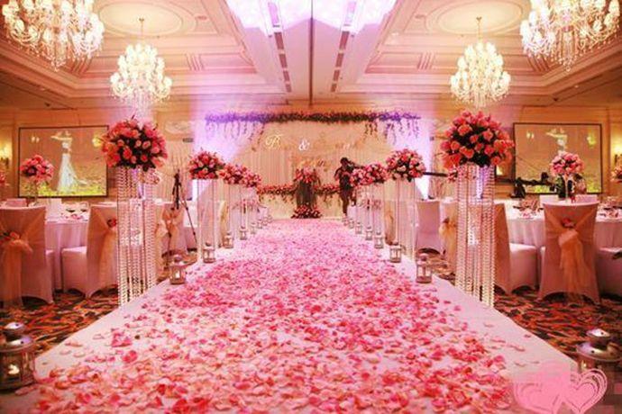 婚庆是指根据每位新人的不同爱好、追求或诉求点而不同为新人量身定做的婚礼的服务。婚庆通常包括婚礼流程策划、婚礼现场布置、婚礼司仪、婚礼摄影摄像、化妆跟妆师和婚礼婚车等服务。