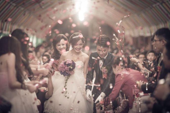 要看新人婚礼分几部分主题进行,一段式婚礼(一个婚礼主题):两套衣服(婚纱和中式服装)。两段式婚礼(分西式和中式两个主题):三套衣服(婚纱、西式礼服、中式服装)。三段式婚礼(三个婚礼主题):四套服装(两套婚纱、一套西式礼服、一套中式服装或者是一套婚纱、一套西式礼服、一套中式旗袍、一套中式的其他服装)。