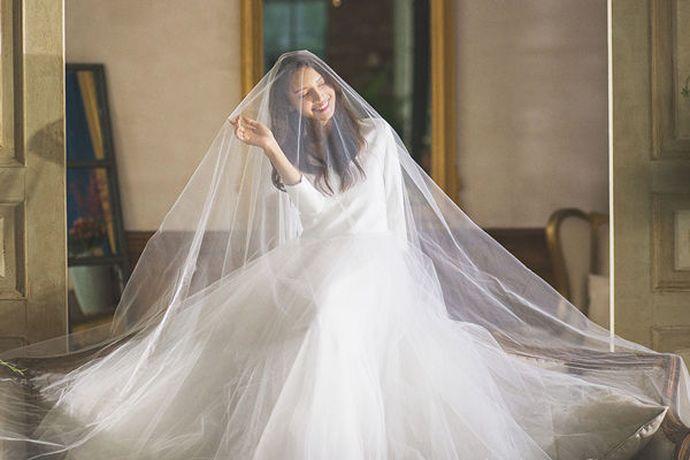 结婚当天新人需要几套婚纱礼服,具体要根据婚礼的流程来决定。一般来说,新娘至少要一套婚纱作为出门纱和仪式纱,一套晚礼服或旗袍作为敬酒服。当然也可以将出门纱和仪式纱分开,再加上敬酒服就是三套礼服。而新郎的话,通常准备一套和新娘婚纱搭配的礼服就够了。