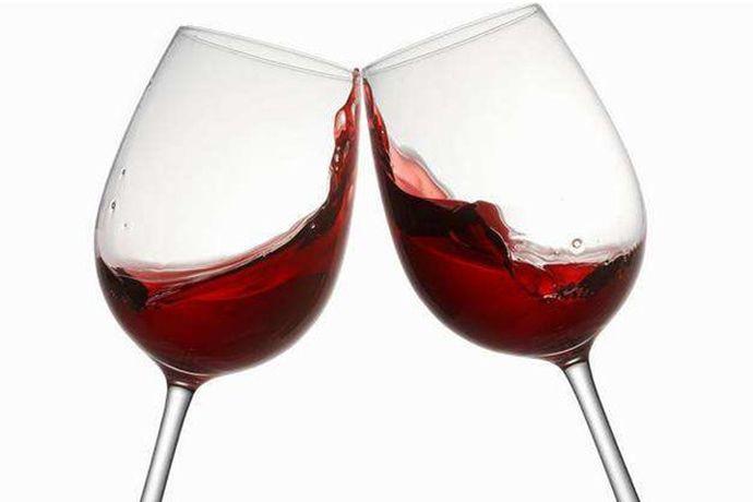 婚庆上一般用白酒、红酒或者啤酒相互搭配。白酒是我国传统婚宴用酒,红酒是近些年来比较流行婚宴酒水,颜色喜庆,能增加婚礼的喜庆氛围。啤酒虽然近些年在婚宴上比较少见,但也有部分新人会将它和白酒或者红酒搭配在婚礼上招待朋友。