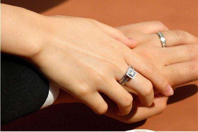 新人在购买结婚戒指时,首选需要根据自身情况,设置合理的婚戒预算。在有了预算的基础上,结合喜好选择黄金戒指、铂金戒指或是钻戒等合适的婚戒材质。戒指尽量选择简单、中性,适合日常生活中男女都可以佩戴的款式。值得注意的是,消费者无论选择什么婚戒,一定要选择正规靠谱的婚戒品牌,售后和服务有保障。